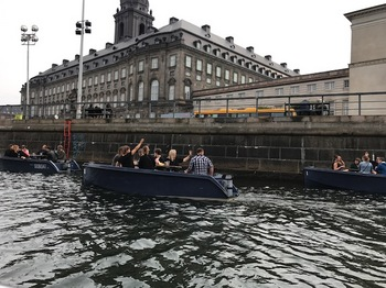 ボートでパーティー.JPG