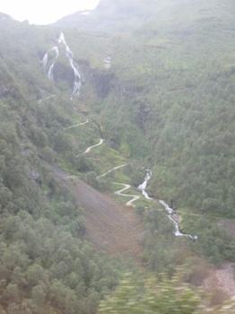 つづら折りの道と滝.JPG