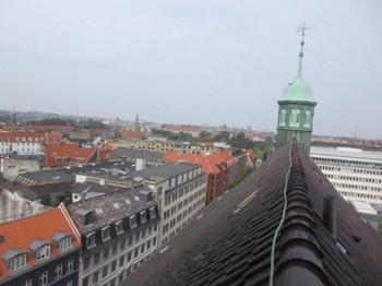 屋根と街.JPG