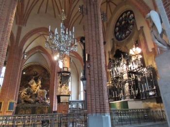 祭壇と広場の銅像.JPG